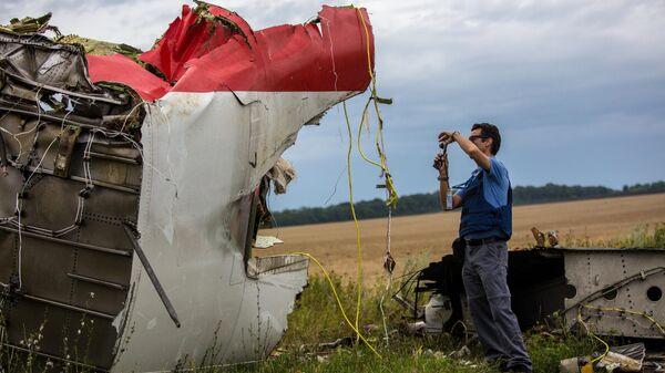 Эксперты миссии ОБСЕ на месте крушения лайнера Boeing 777 Малайзийских авиалиний в районе города Шахтерск Донецкой области