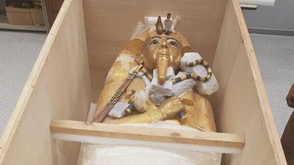 Позолоченный саркофаг древнеегипетского фараона Тутанхамона