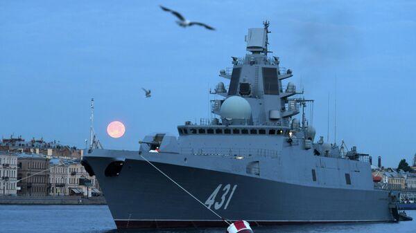 Фрегат Адмирал флота Касатонов на фоне Английской набережной, в акватории Невы, где фрегат находится для участия в репетициях главного военно-морского парада на день ВМФ