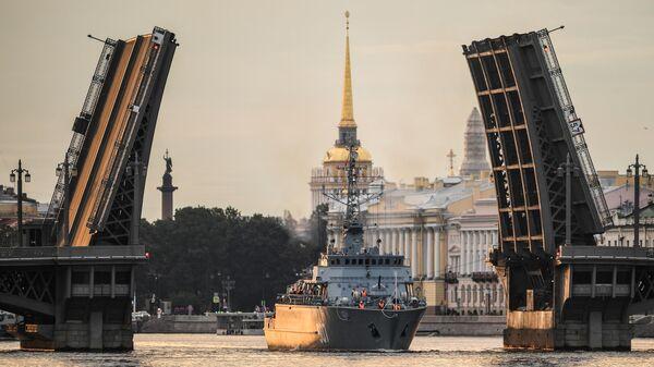 Корабль противоминной обороны нового поколения Иван Антонов во время выхода боевых кораблей из Санкт-Петербурга в рамках подготовки к Дню ВМФ России