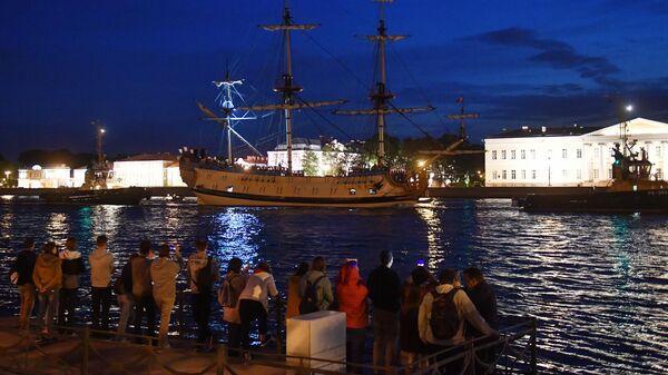 Фрегат Полтава проходит акваторию Невы для участия в репетициях главного военно-морского парада на день ВМФ