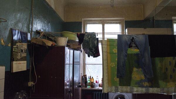 Белье сушится в комнате жилого дома