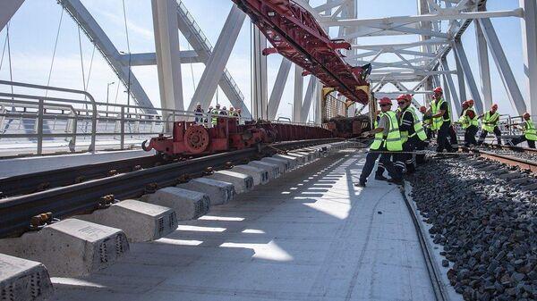 Завершение укладки рельсов на Крымском мосту