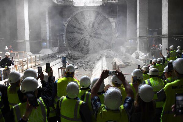 Рабочие фотографируют тоннелепроходческий щит во время строительства новой станции Некрасовской и Большой кольцевой линий Московского метрополитена Нижегородская