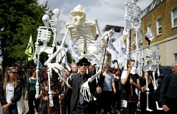 Марш активистов социально-политического движения Extinction Rebellion в Восточном Лондоне, Великобритания