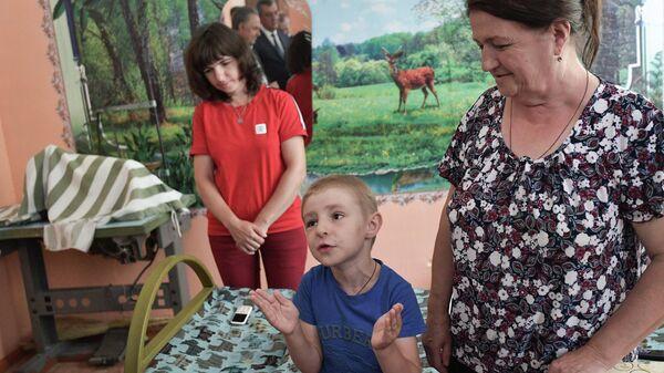 Семья, пострадавшая в результате наводнения в Иркутской области, во время встречи с президентом РФ Владимиром Путиным