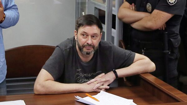 Руководитель портала РИА Новости Украина Кирилл Вышинский и его адвокат Андрей Доманский на заседании суда