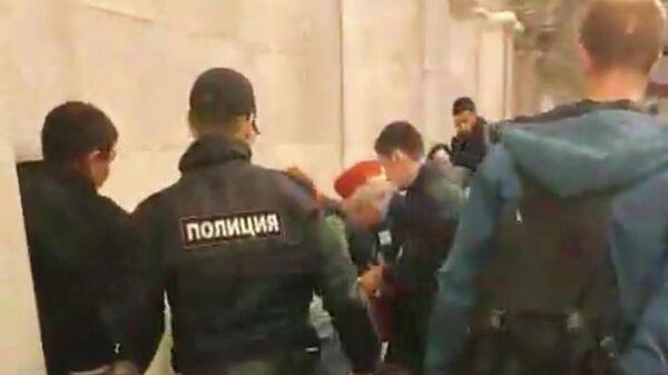 Задержание подозреваемого в нападении на людей на станции метро Пушкинская в Санкт-Петербурге. Стоп-кадр видео очевидца