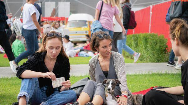 Посетители гастрономического фестиваля