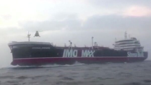 Вертолет Корпуса стражей исламской революции совершает посадку на палубу танкера Stena Impero