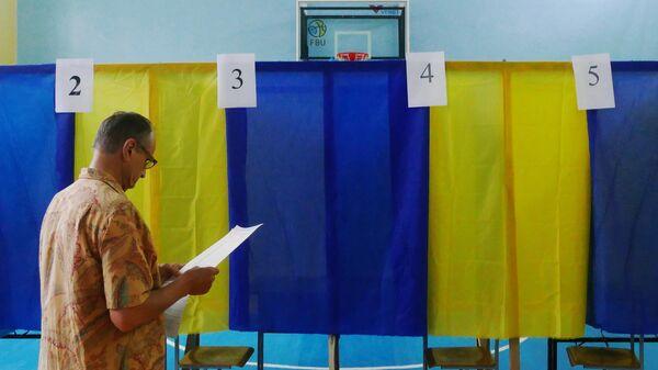 Избиратель голосует на участке в Черкассах на досрочных выборах в Верховную раду Украины
