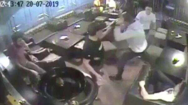 Стоп-кадр видео драки в южно-сахалинском кафе Сохо