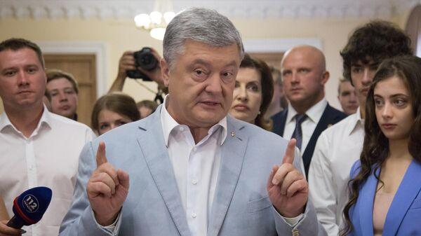 Экс-президент Украины Петр Порошенко общается с журналистами на избирательном участке в Киеве