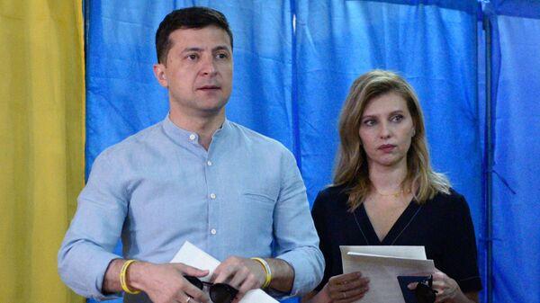 Президент Украины Владимир Зеленский с супругой Еленой голосуют на досрочных выборах в Верховную раду Украины на избирательном участке в Киеве