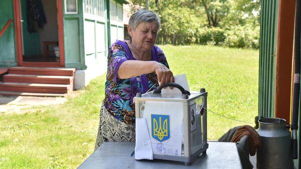 Жительница села Майдан Львовской области голосует на дому на досрочных выборах в Верховную раду Украины. 21 июля 2019