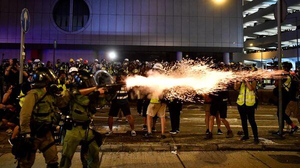 Полицейские применяют спецсредства против участников акции протеста в Гонконге. 21 июля 2019