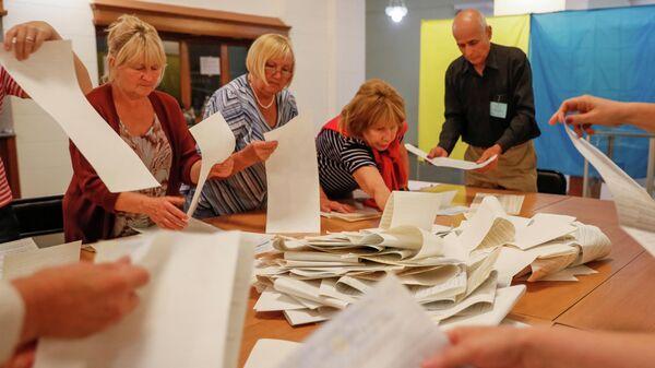 Члены избирательной комиссии подсчитывают бюллетени на избирательном участке после парламентских выборов. 21 июля 2019