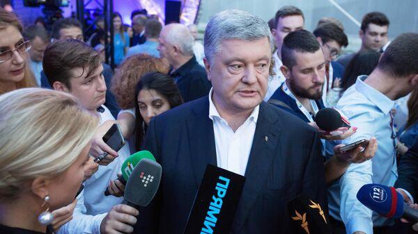 Экс-президент Украины, лидер партии Европейская солидарность Петр Порошенко во время выступления в штабе партии в Киеве