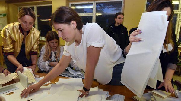 Подсчет голосов досрочных выборов в Верховную раду Украины на одном из избирательных участков Львова. 21 июля 2019