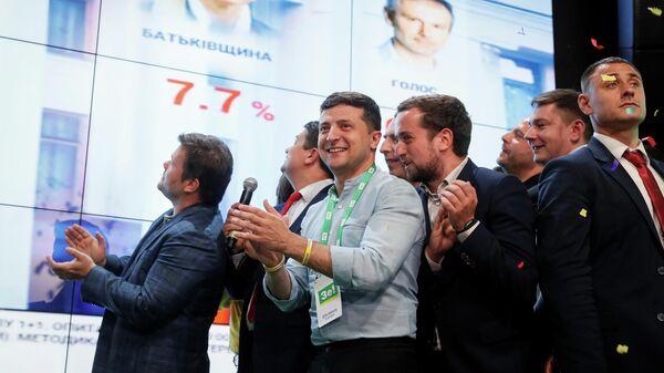 Президент Украины Владимир Зеленский в штабе партии Слуга Народа после оглашения первых результатов exit poll на досрочных выборах в Верховную раду Украины