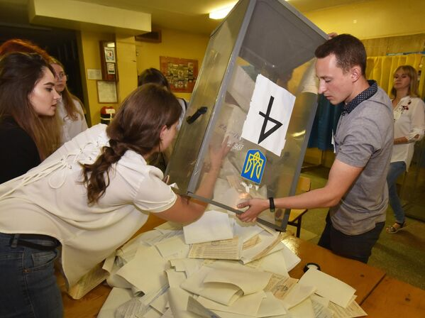 Подсчет голосов досрочных выборов в Верховную раду Украины на одном из избирательных участков Львова