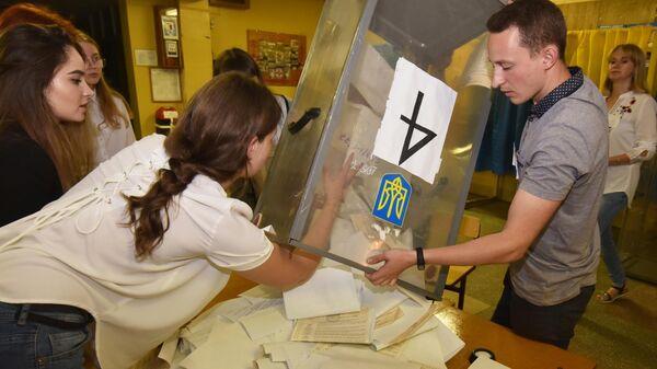 Подсчет голосов досрочных выборов в Верховную раду Украины на одном из избирательных участков