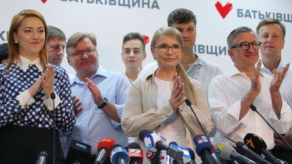 Лидер политической партии Батькивщина Юлия Тимошенко на пресс-конференции в Киеве после оглашения первых результатов exit poll на досрочных выборах в Верховную раду Украины