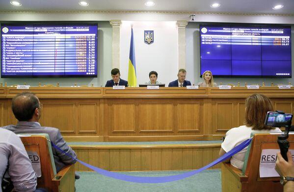 Члены Центральной избирательной комиссии Украины во время оглашения промежуточные результаты парламентских выборов. 22 июля 2019 года