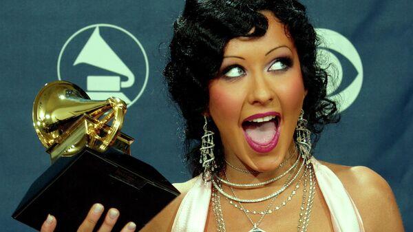 Певица Кристина Агилера получила с премией Грэмми. 8 февраля 2004 года