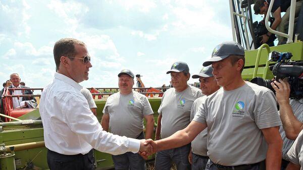 Дмитрий Медведев общается с комбайнерами во время ознакомления с ходом работ по уборке зерновых культур в Курской области. 22 июля 2019