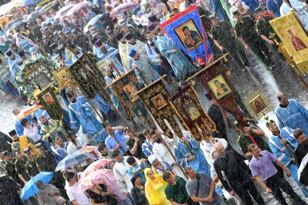 Участники крестного хода с иконой Казанской Божией Матери на улице Казани