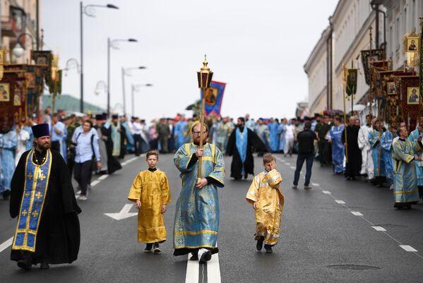 Священнослужители во время крестного хода с иконой Казанской Божией Матери.