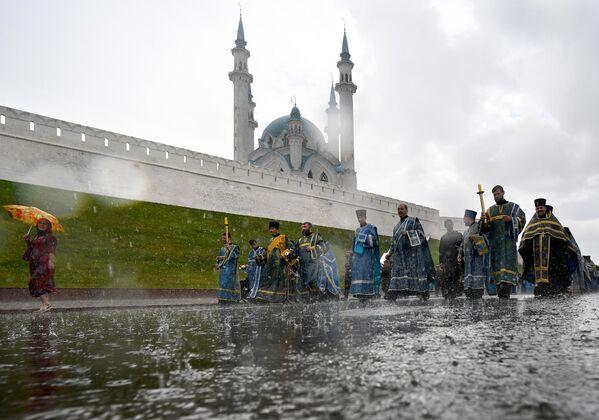 Священнослужители во время крестного хода с иконой Казанской Божией Матери у Казанского кремля