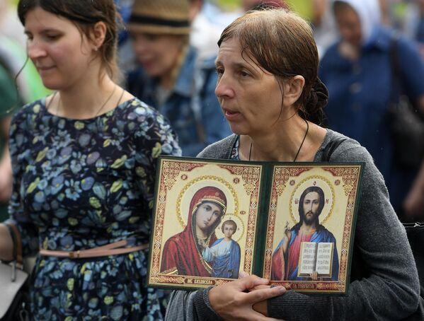 Участники крестного хода с иконой Казанской Божией Матери