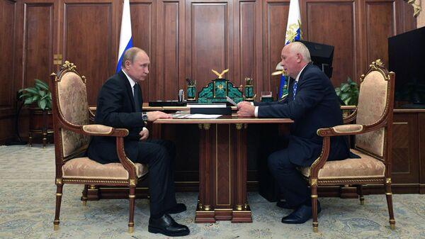 Владимир Путин и генеральный директор государственной корпорации Ростех Сергей Чемезов во время встречи. 22 июля 2019