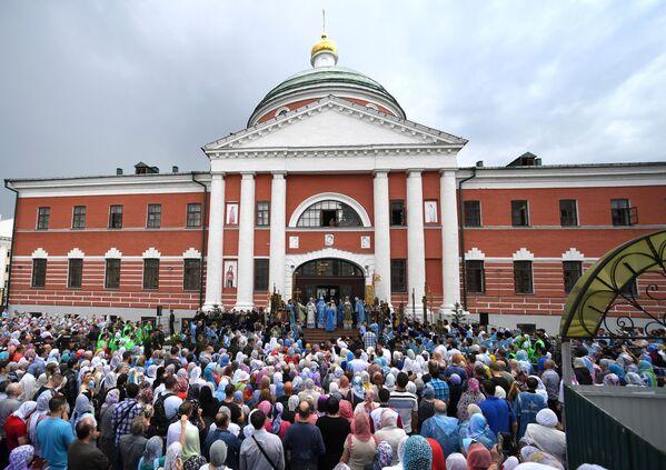 Верующие и священнослужители у Крестовоздвиженской церкви Богородецского монастыря во время крестного хода с иконой Казанской Божией Матери