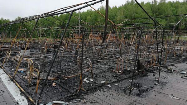 Последствия пожара на территории горнолыжного комплекса Холдоми в Солнечном районе в палаточном городке. 23 июля 2019