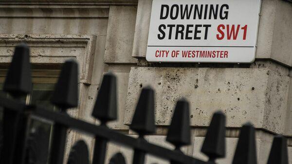 Табличка на улице Даунинг стрит в Лондоне