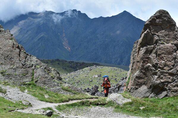 Альпинисты на пути восхождения на Эльбрус из базового лагеря Джилы - Су в Кабардино-Балкарии