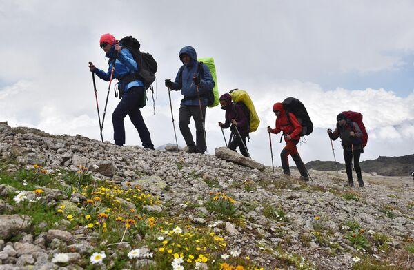 Альпинисты во время восхождения на Эльбрус из ущелья Джилы - Су в Кабардино-Балкарии