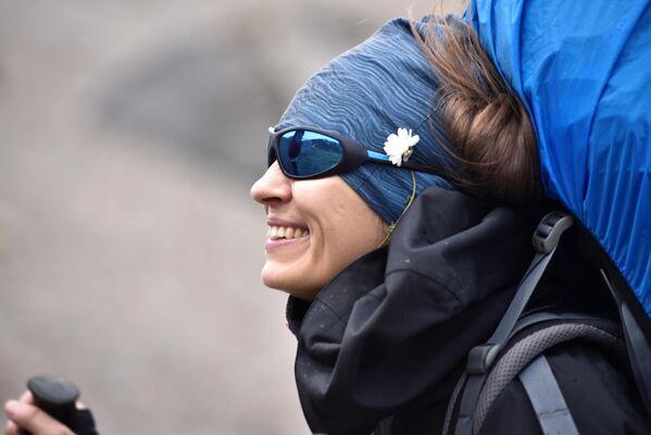 Девушка во время восхождения на Эльбрус из ущелья Джилы - Су в Кабардино-Балкарии