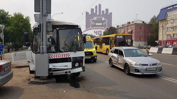 Последствия ДТП с участием автобуса и автомобиля Ниссан в Красноярске