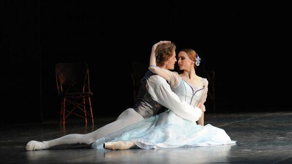Светлана Захарова и Денис Матвиенко во время генеральной репетиции балета Асами Маки Дама с камелиями с участием Балетной труппы ННТТ на сцене ГАБТ