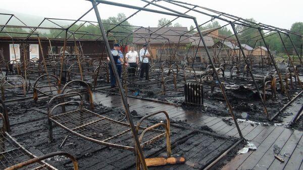 Место пожара в палаточном городке на территории горнолыжного комплекса Холдоми в Солнечном районе Хабаровского края