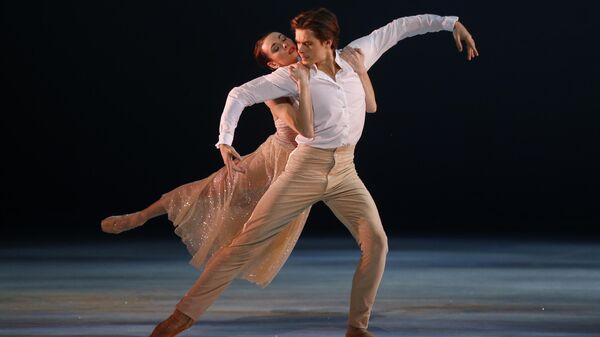 Ольга Смирнова и Артем Овчаренко в сцене из балета Щелкунчик и Компания в Монако