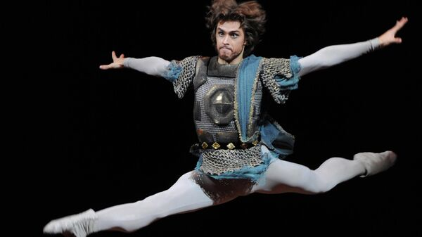 Артем Овчаренко (Князь Курбский) в сцене из балета Иван Грозный в постановке Юрия Григоровича в Большом театре