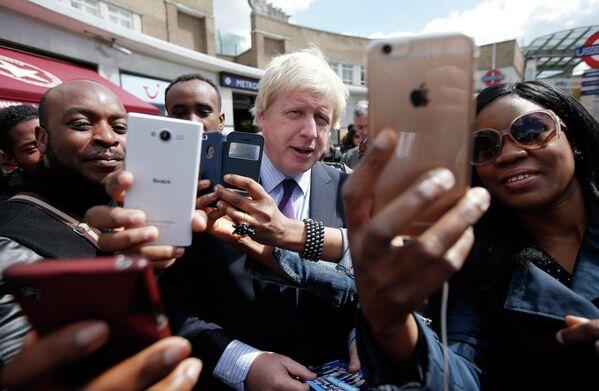 Мэр Лондона Борис Джонсон фотографируется с жителями. 27 апреля 2015 года