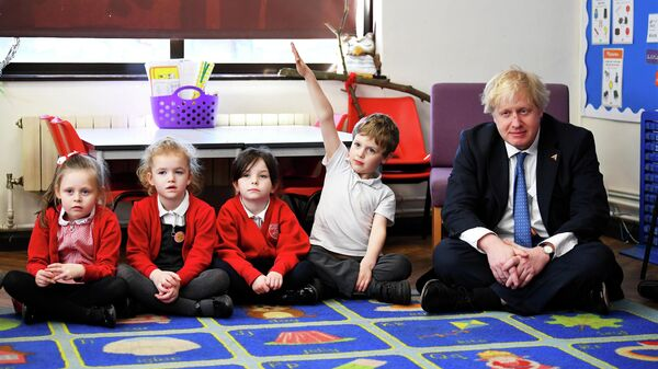 Министр иностранных дел Великобритании Борис Джонсон с учениками 1-го класса во время посещения школы. 8 марта 2018 года