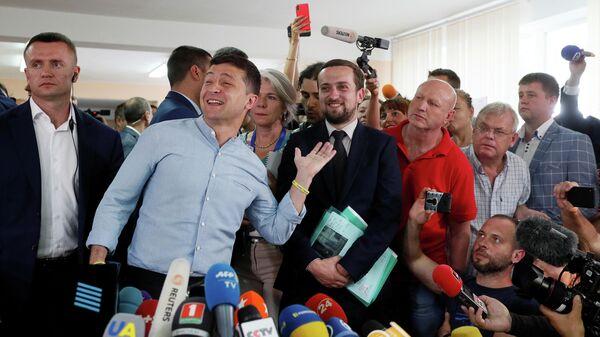 Президент Украины Владимир Зеленский на избирательном участке в Киеве в день досрочных выборов в Верховную раду Украины