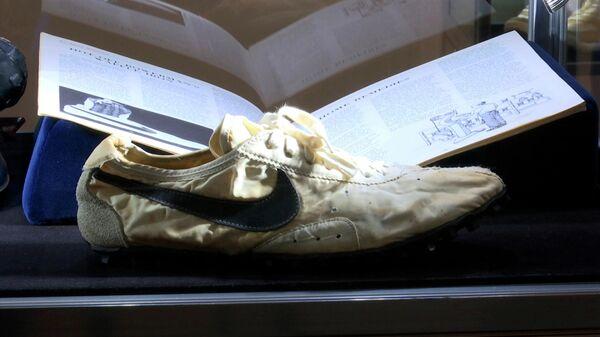 Кроссовки Moon Shoe, созданные соучредителем Nike Биллом Бауэрманом. Архивное фото